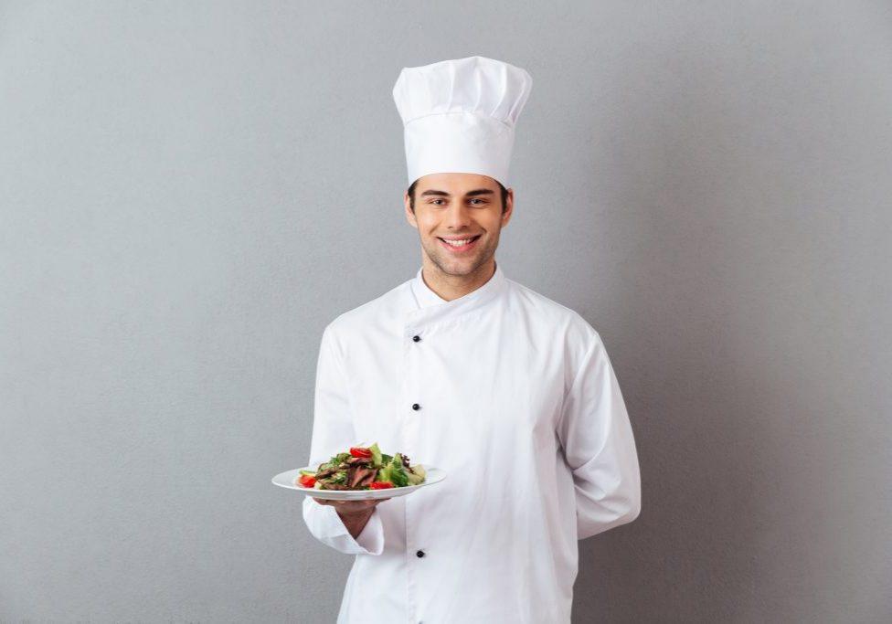Chef tenant une salade